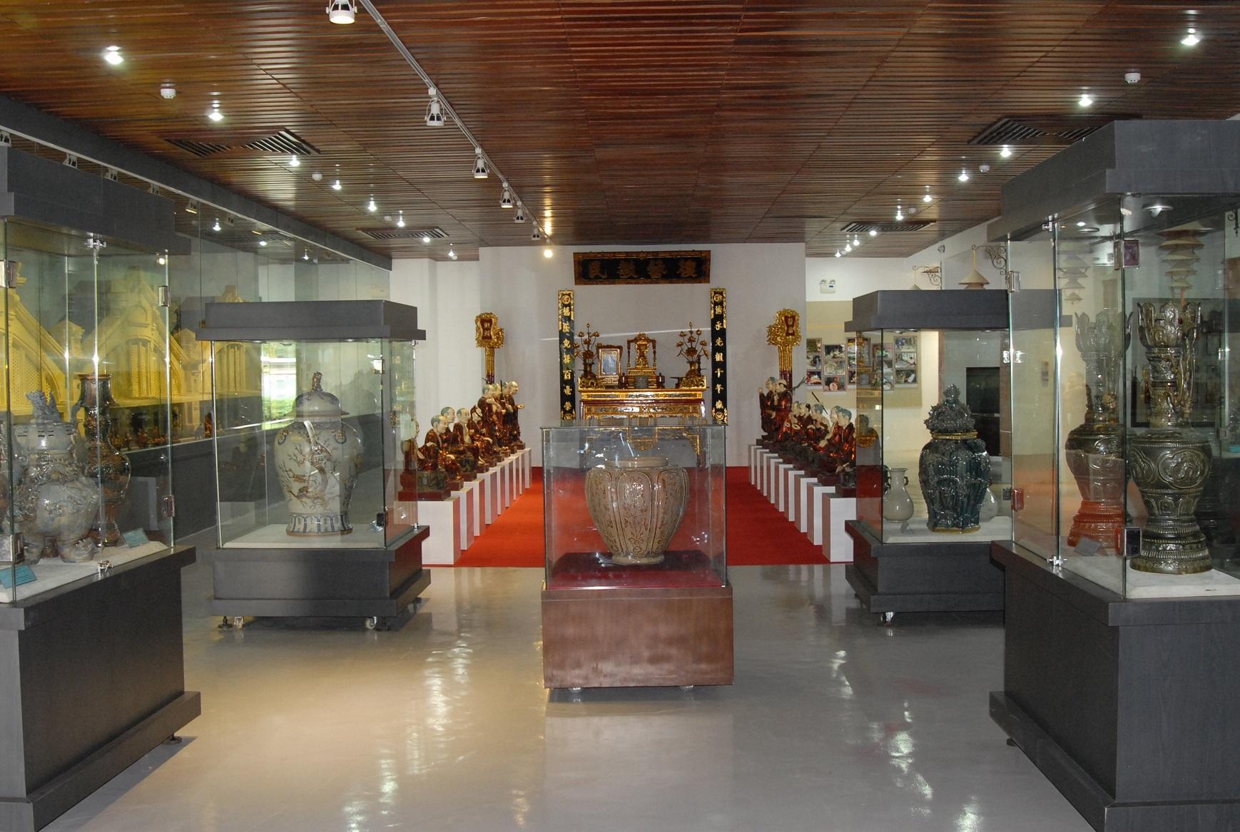 Bên trong bảo tàng lưu giữ những hiện vật cổ xưa như trống đồng, tiền đồng, các bình gốm sứ cổ, ngà voi, tượng rồng, tượng rùa đá,.. Hình: Sưu tầm