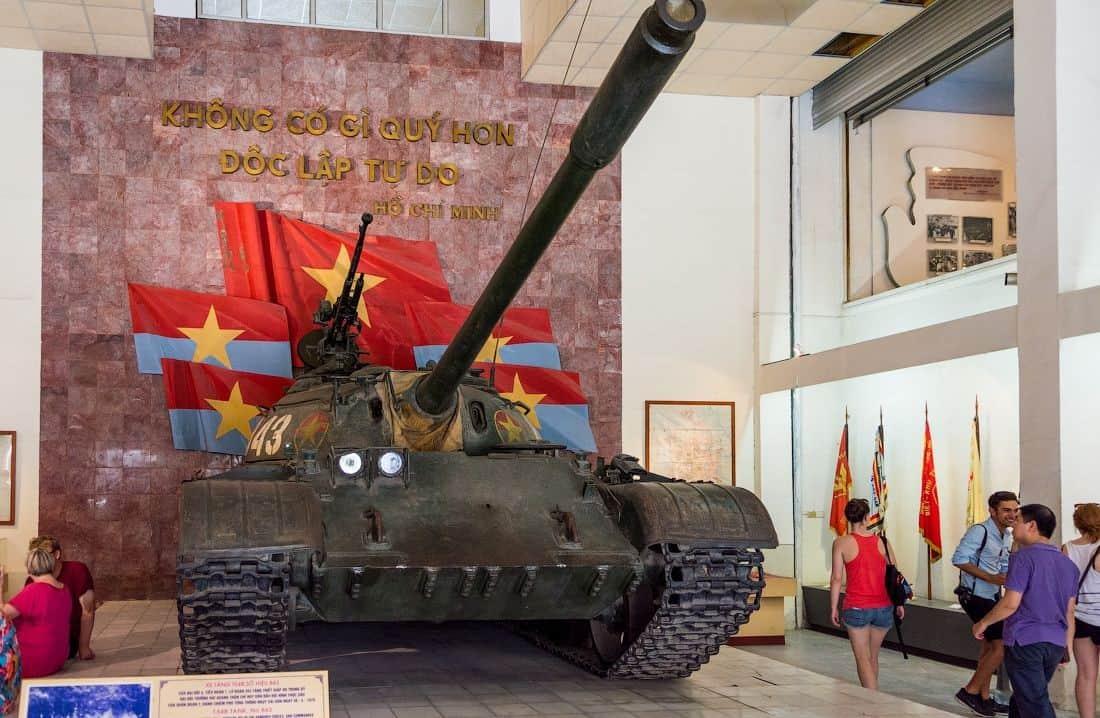 Những chiếc xe tăng được trưng bày ở chính giữa gian phòng. Hình: Sưu tầm