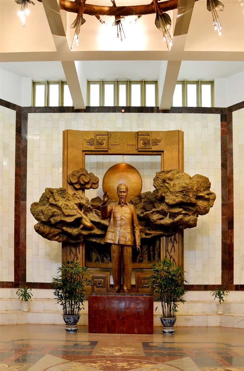 Tượng Bác Hồ được đặt ngay sảnh bảo tàng. Hình: Sưu tầm