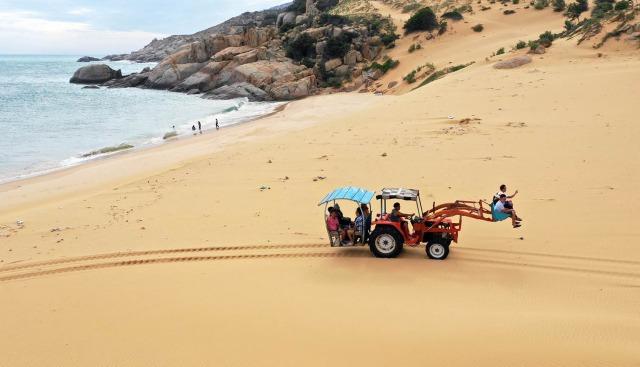 Đồi cát Mũi Dinh nằm cạnh bờ biển. Ảnh: Internet