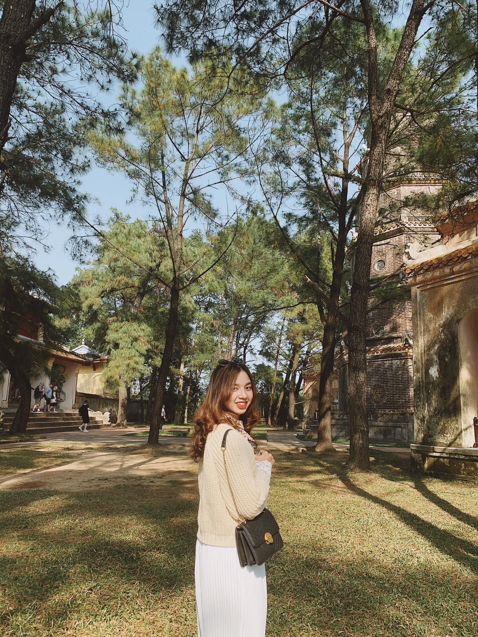 Khuôn viên xanh mát ở chùa Thiên Mụ. Hình: Tường Vy Trần