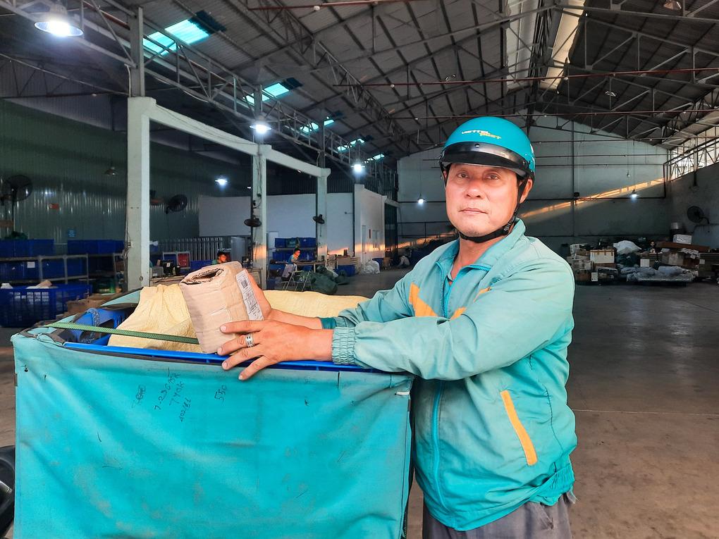 Ông Thái đang chuẩn bị hàng để đi giao chiều ngày 7/4. Ảnh: Diệp Phan.
