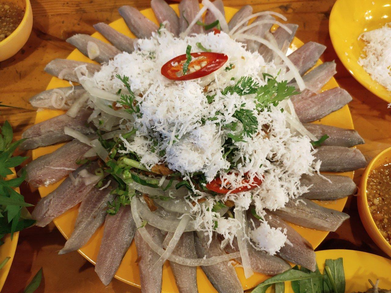 Thưởng thức gỏi cá trích trộn dừa ăn kèm rau sống khá lạ miệng - Nguồn ảnh: @anhi.tnat
