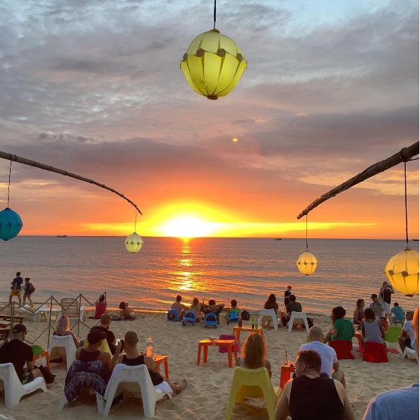 Rory's Beach Bar nhuốm màu rực rỡ dưới ánh chiều tà - Nguồn ảnh: Internet