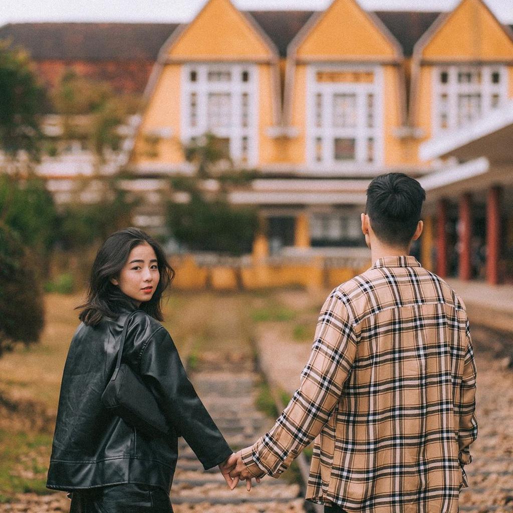 Chụp ảnh couple theo kiểu nắm tay em đi khắp thế gian. Hình: @Tran3duy