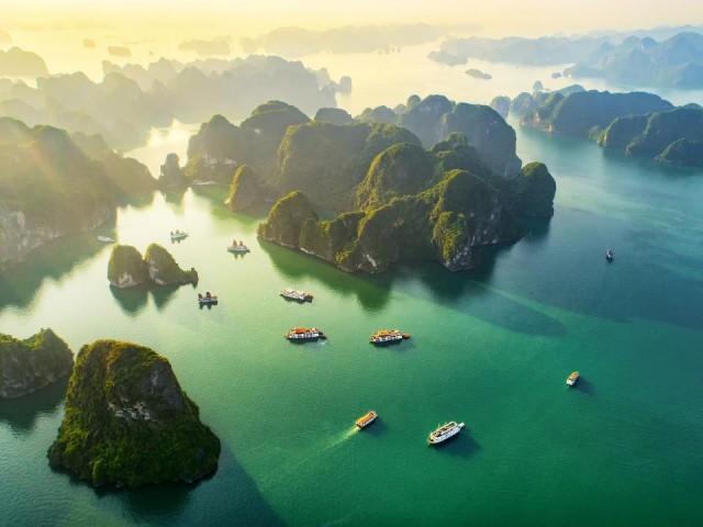 Vịnh Hạ Long đẹp như bức tranh thủy mặc. Ảnh: Internet