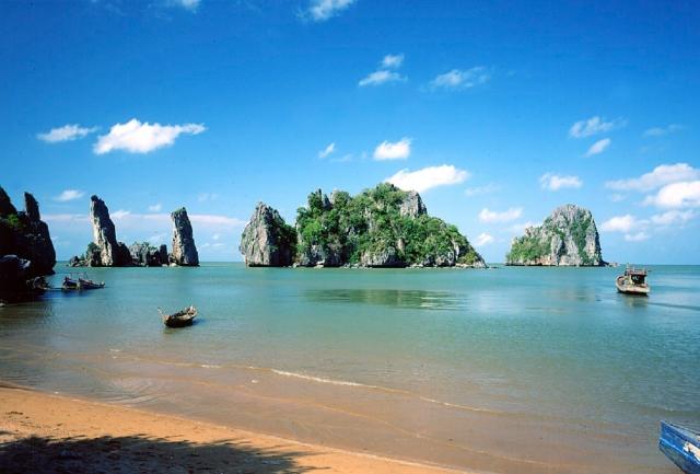 Vịnh Hà Tiên được ví đẹp chẳng thua kém gì nước ngoài. Ảnh: Internet