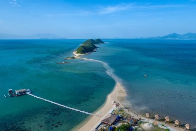 Vịnh Vân Phong với bãi cát đôi nổi tiếng. Ảnh: Internet