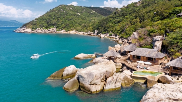 Vịnh Ninh Vân nằm cạnh bãi núi đá hùng vĩ. Ảnh: Internet