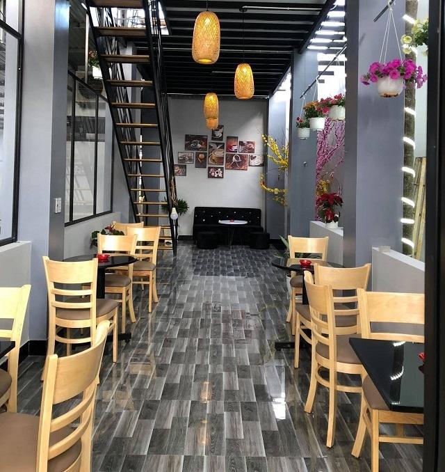 Không gian trong nhà được thiết kế đơn giản, có nhiều ổ cắm điện xung quanh, thích hợp để bạn uống cafe làm việc hoặc trò chuyện với bạn bè