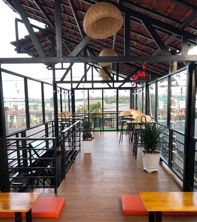 Tầng 2 vừa có khu vực có mái che vừa có không gian ngoài trời cho khách hàng lựa chọn