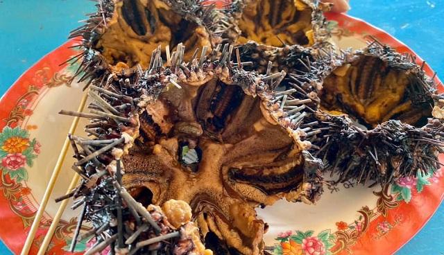 Nhum biển là đặc sản được du khách yêu thích khi tới Hòn Chảo Huế