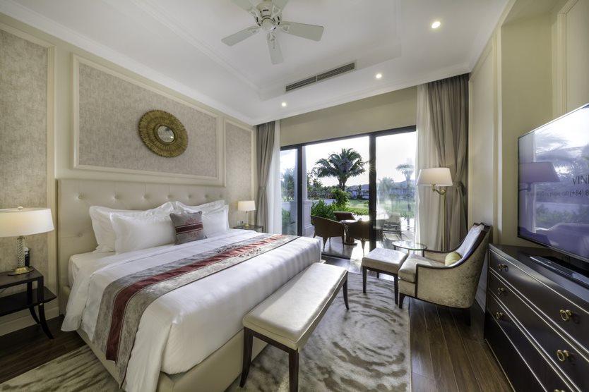 Phòng ngủ ấm cúng với tầm nhìn tuyệt đẹp ra bể bơi và khu vườn xanh mát
