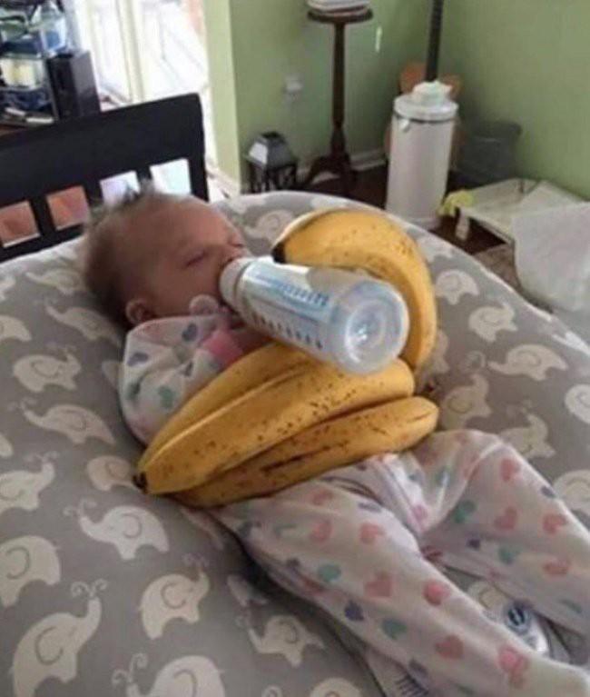 Ông bố lầy lội nhất năm dùng chuối để kê bình sữa cho bé bú ngon lành - Nguồn ảnh: Internet