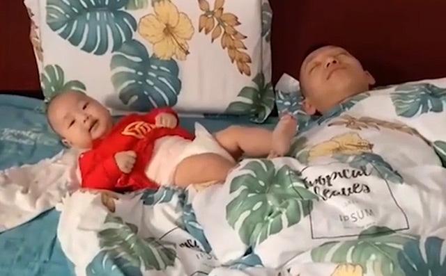 """""""Mẹ ơi thấy con giỏi không? Là con trông bố ngủ đấy!"""" Nguồn ảnh: Internet"""