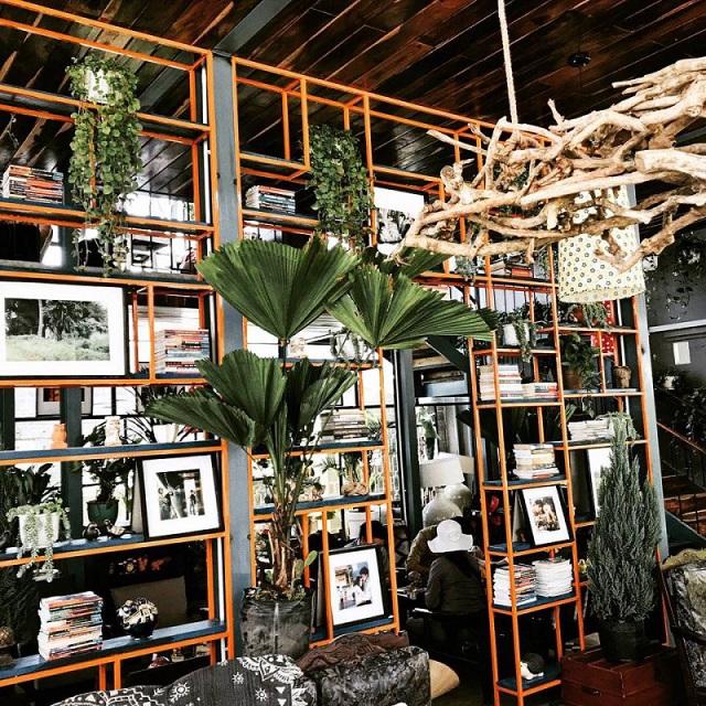 Thiết kế theo phong cách độc đáo với nguyên liệu chính là gỗ, mang đến không gian ấm cúng