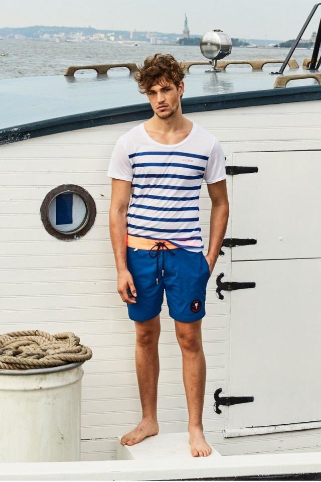 Áo thun kẻ sọc nam tính, trẻ trung và năng động với quần short. Ảnh: Internet