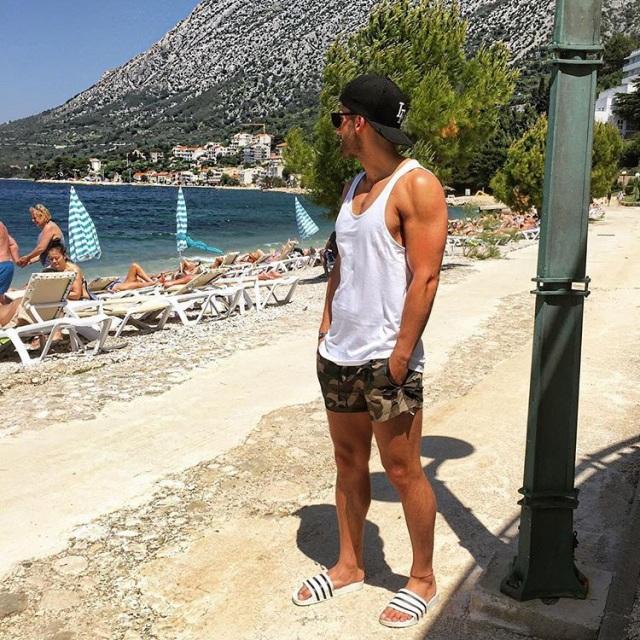 Mặc áo ba lỗ khi đi biển giúp nam giới khoe được body hút mắt. Ảnh: Internet