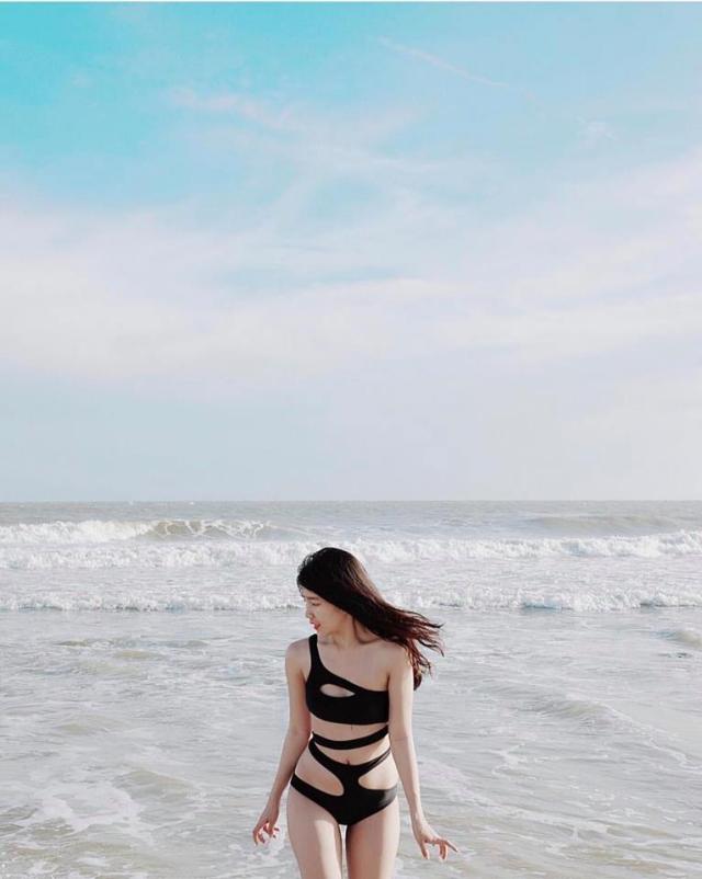 Mẫu bikini một mảnh màu đen với hàng loạt các đường cut-out ngẫu hứng khoe trọn đường cong. Ảnh: Internet