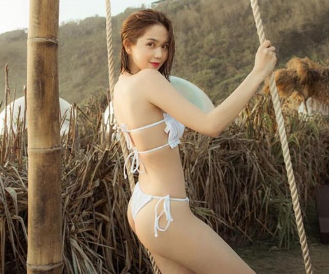 Kiểu bikini trắng dây đai mỏng tang khoe trọn cơ thể khi nhìn nghiêng được Ngọc Trinh trưng diện nhiều lần. Ảnh: Internet