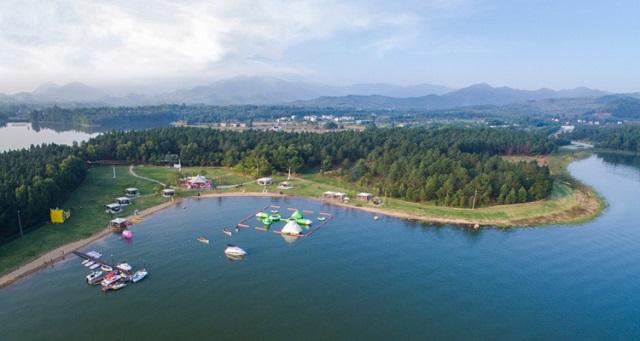 Chèo thuyền khám phá hồ Đại Lải là một trong những trải nghiệm mà du khách không nên bỏ qua khi tới đây
