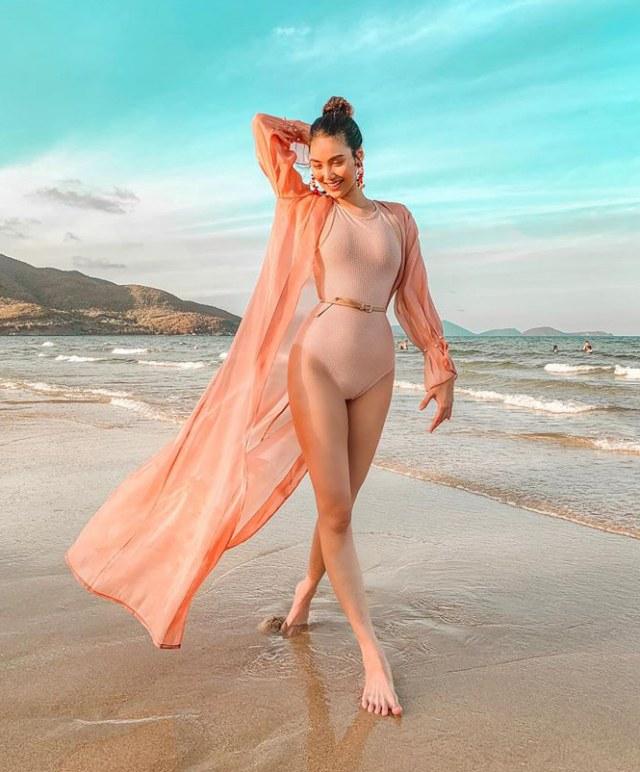 Áo choàng dài cùng màu với bikini một mảnh giúp Lan Khuê thêm phần sang trọng. Ảnh: Internet