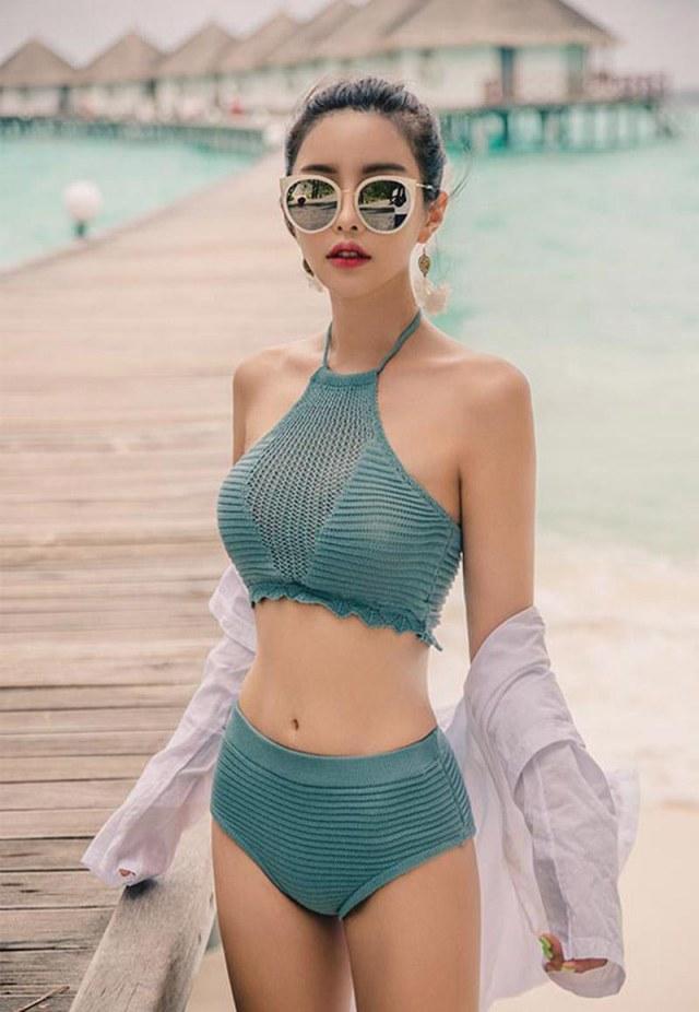 """Áo sơ mi form rộng cũng là một sự lựa chọn """"cấp tốc"""" khi diện cùng bikini đi biển. Ảnh: Internet"""