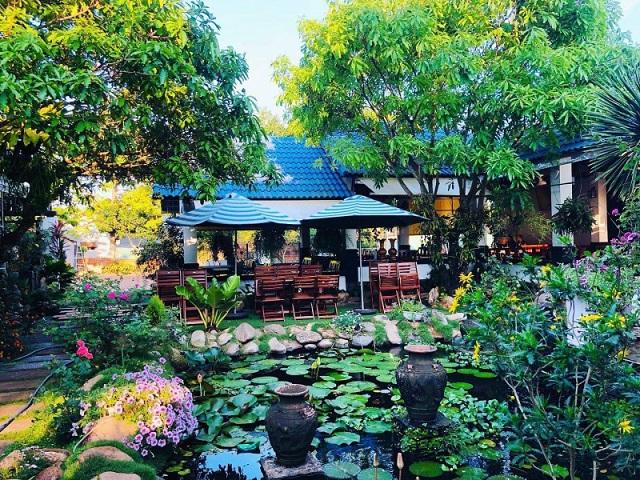 Memory cafe Buôn Hồ có không gian xanh mát, nổi bật với hồ nước ở chính diện mang đến không gian thư giãn thoải mái