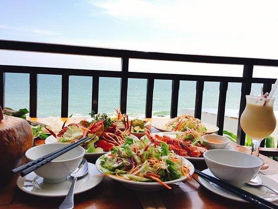 Nhà hàng Xin Chào có view đẹp và menu đa dạng - Nguồn ảnh: Internet