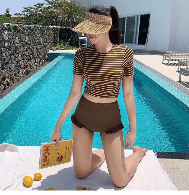 Bikini phối áo croptop phong cách Hàn Quốc cũng là hot trend 2021. Ảnh: Internet
