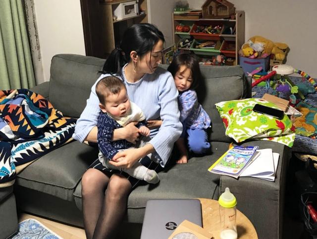 Vừa làm việc vừa quan tâm đến con để bé không cảm thấy cô đơn. Ảnh: Internet
