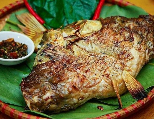 Thưởng thức món cá nướng vô cùng thơm ngon
