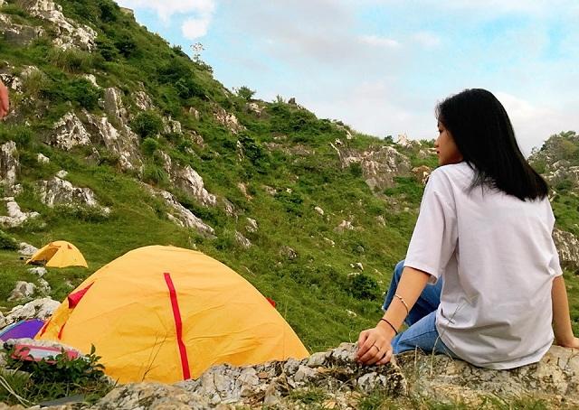 Cắm trại dưới chân núi Trầm cũng là một trải nghiệm vô cùng đáng nhớ khi tới đây