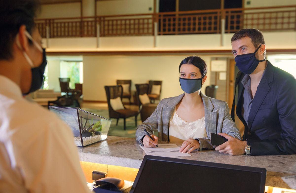 Nhân viên khách sạn phải luôn luôn mang khẩu trang. Hình: Sưu tầm