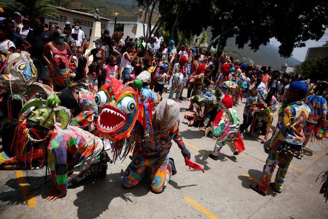 """""""Vũ công Quỷ"""" mong cầu đại dịch kết thúc tại lễ hội ở Venezuela"""