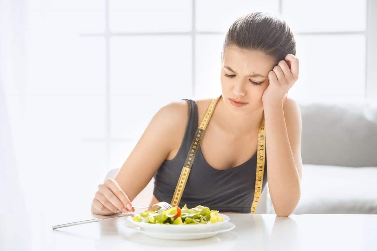 Việc thường xuyên bỏ bữa hay ăn không đúng giờ sẽ khiến bạn gặp nhiều khó khăn để kiểm soát cân nặng
