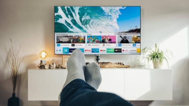 Du lịch tại nhà thông qua truyền hình, video. Ảnh: Internet