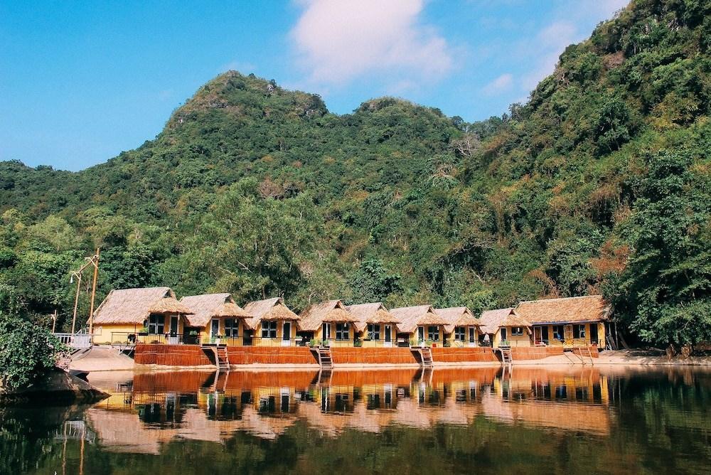 Những căn nhà gỗ Hoi Lake Farmstay bao quanh hồ nước tự nhiên. Hình: Sưu tầm