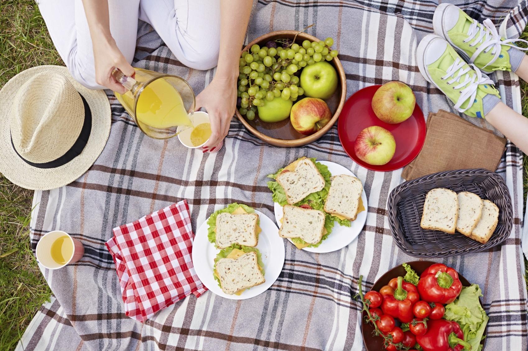 Chuẩn bị sẵn các món ăn tại nhà sẽ giúp tiết kiệm được nhiều thời gian hơn trong lúc cắm trại