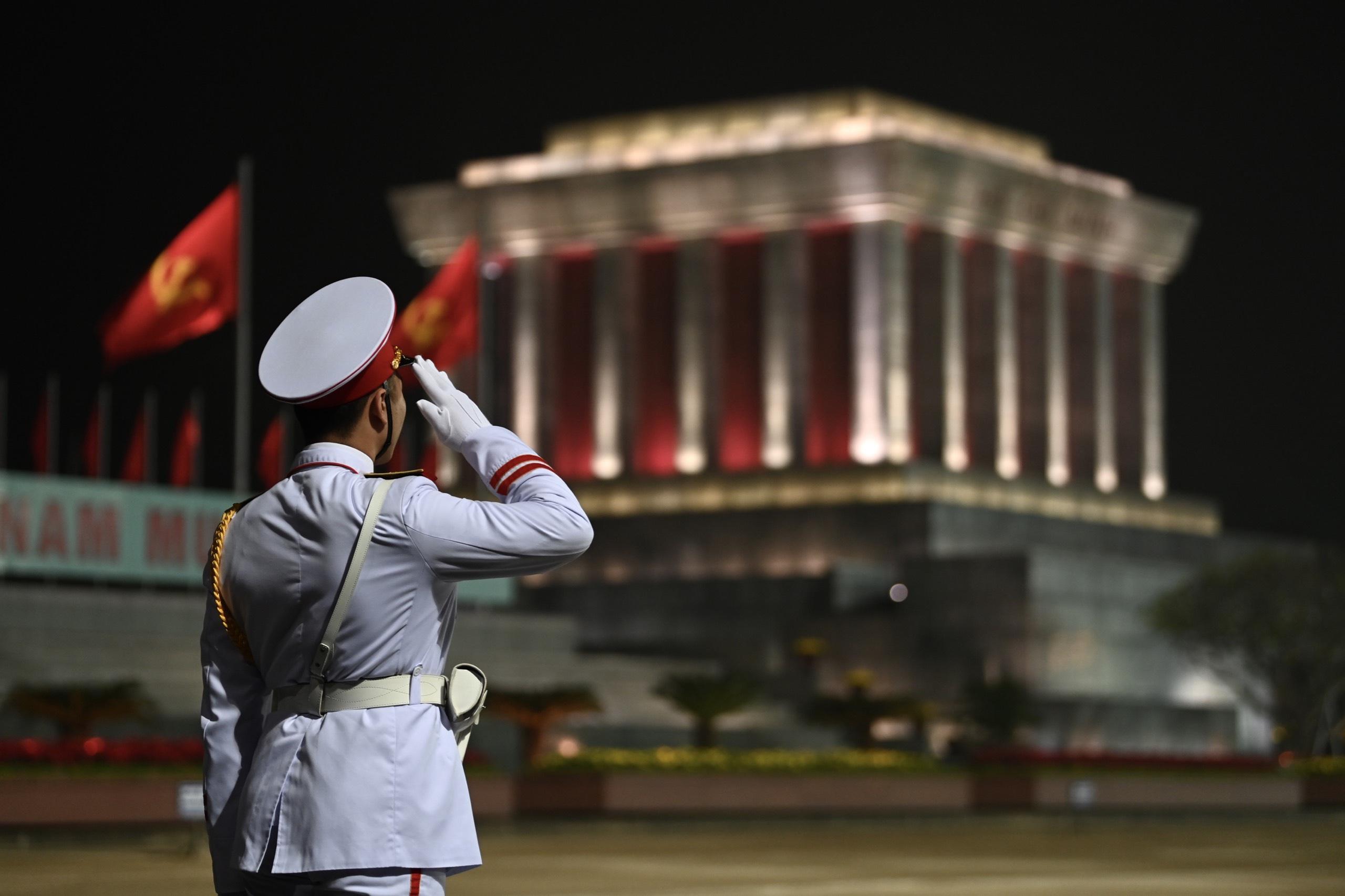 Lễ hạ cờ ở Lăng Bác. Hình: Sưu tầm
