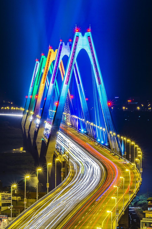 Cầu Nhật Tân về đêm. Hình: Sưu tầm