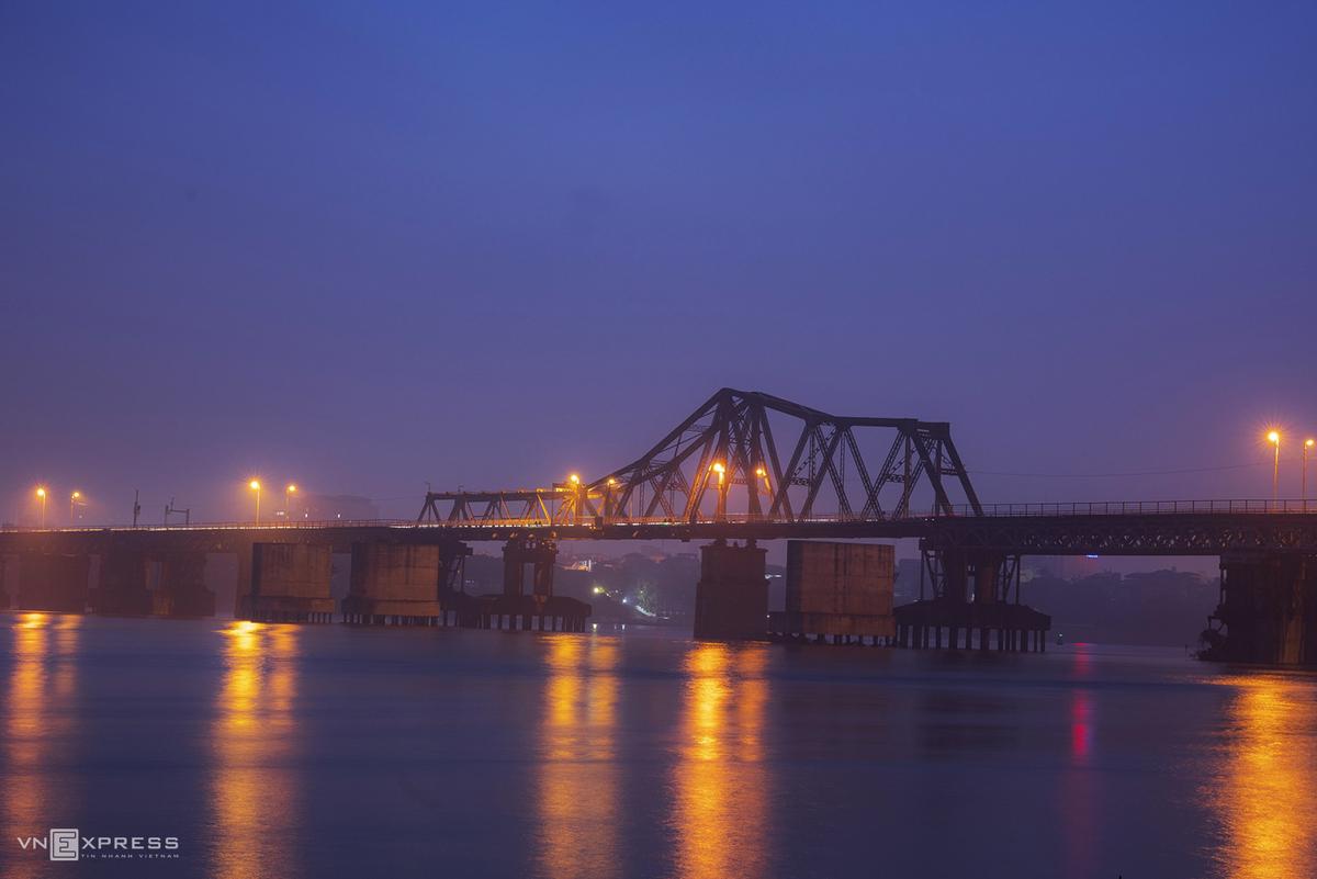 Cầu Long Biên về đêm. Hình: Sưu tầm