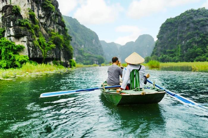Ngồi trên thuyền du ngoạn sông Ngô Đồng. Ảnh: dulichninhbinh